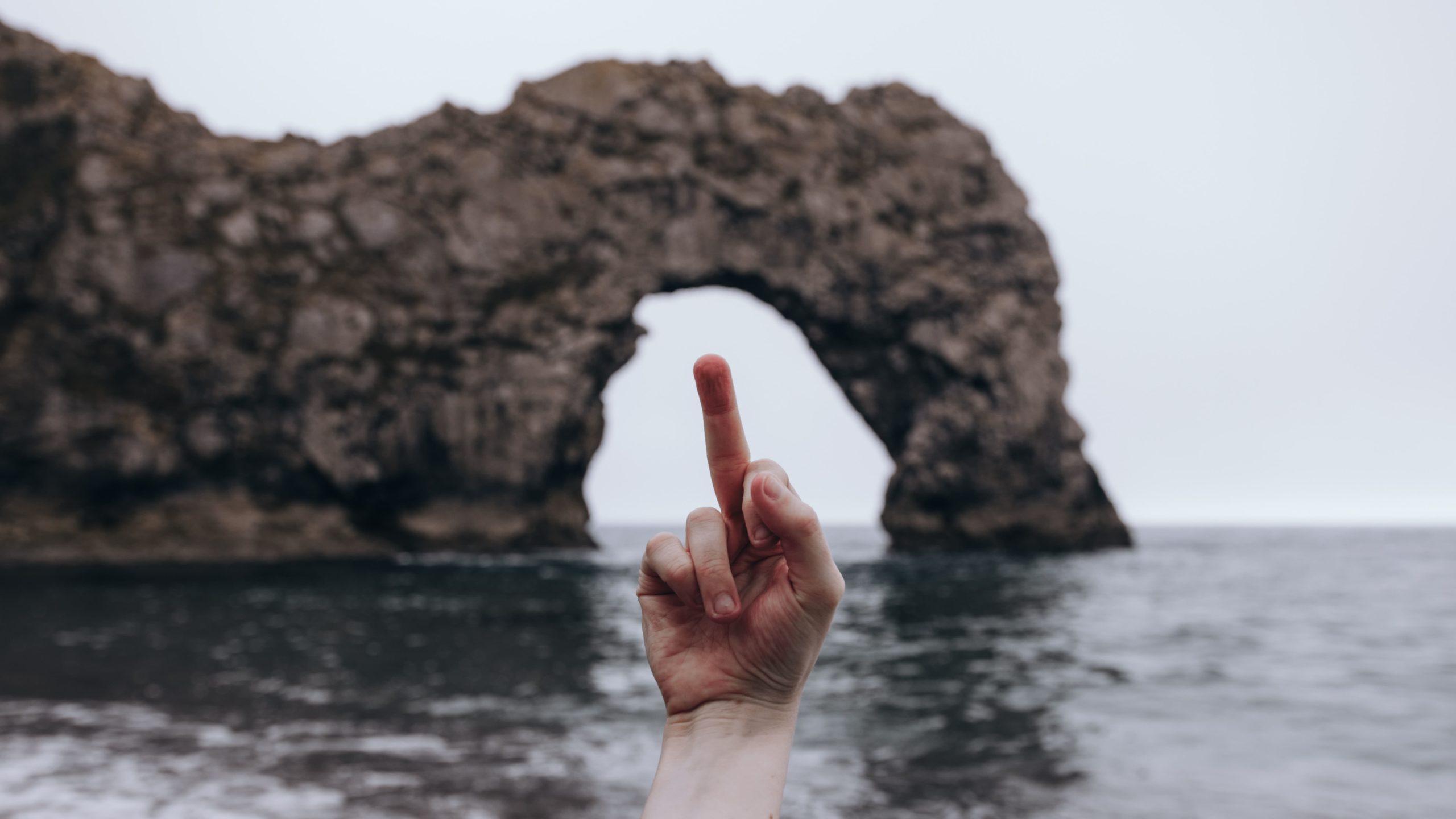 怒って中指を立てている画像