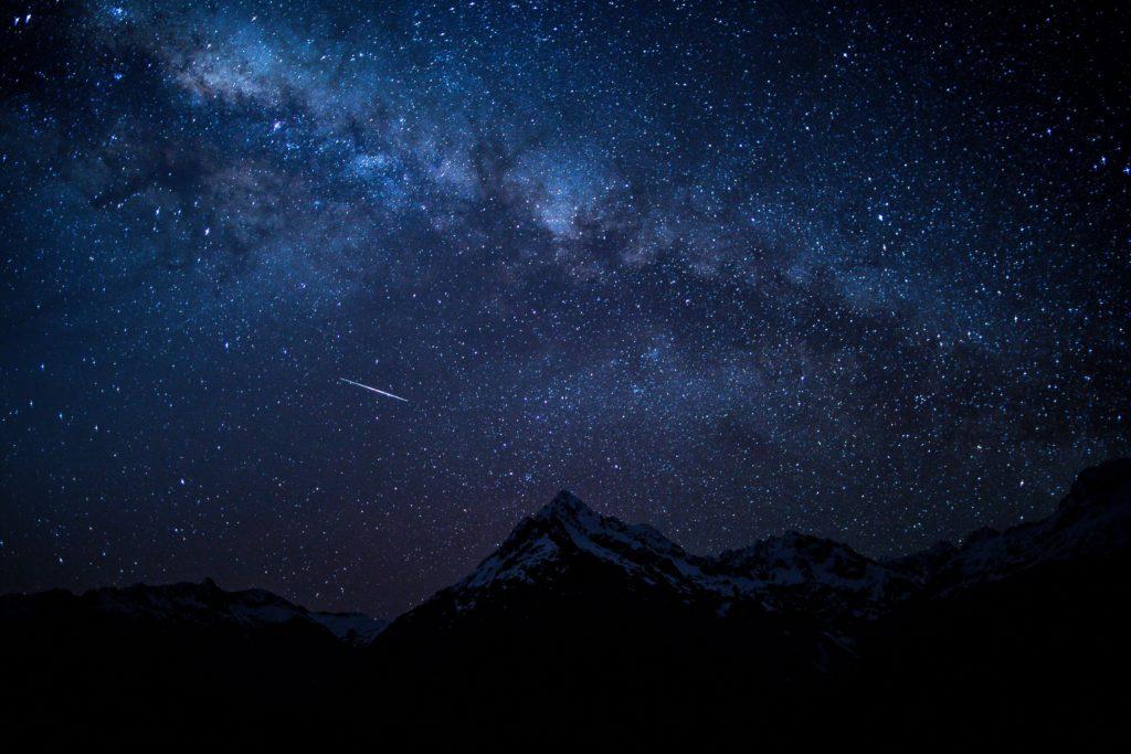 夜空に見える星